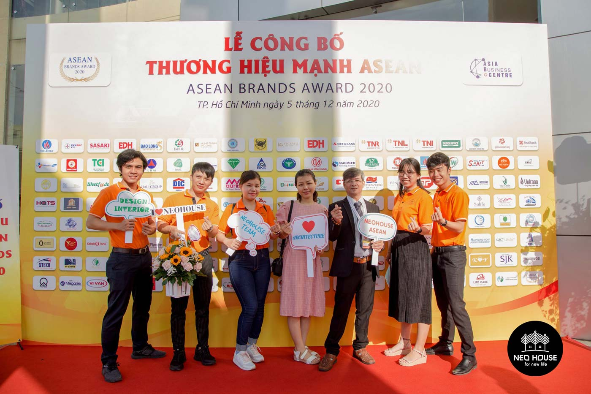 Đội ngũ nhân viên của NEOHouse JSC tại lễ trao giải ASEAN 2020. Ảnh 2