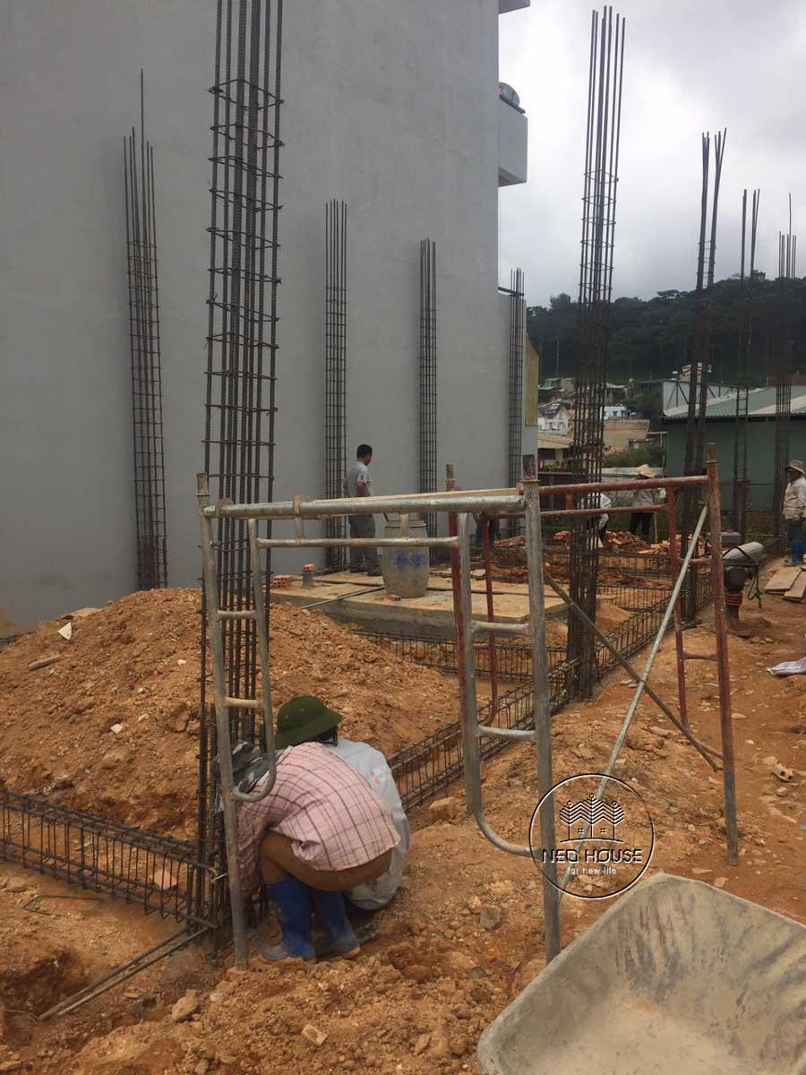 Thi công nhà phố trọn gói với công đoạn nền móng. Ảnh 1